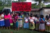 Bases de Apoyo Zapatistas reciben a la Caravana #GaleanoVive en el camino de terracería que llega hasta el Caracol de La Realidad.
